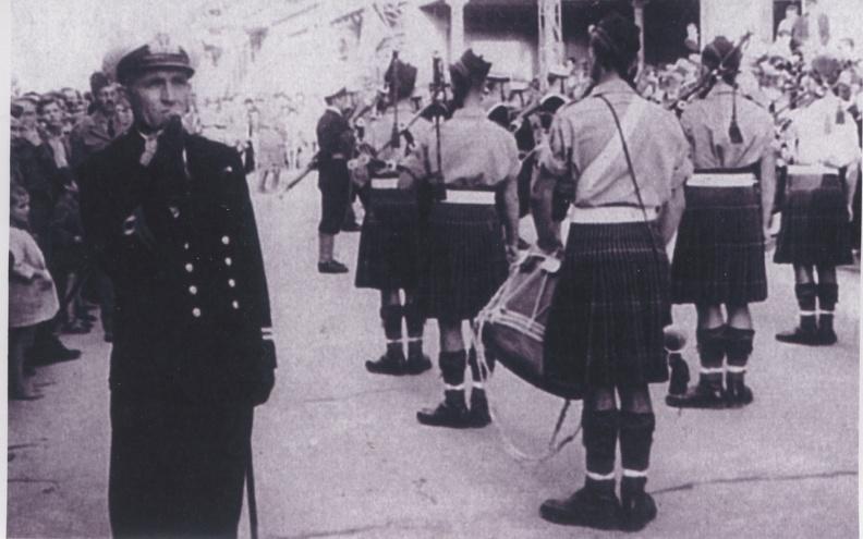 Οκτώβριος 1945. 3) Αγγλικό  άγημα αποδίδει φόρο τιμής έξω από την εκκλησία, λίγο πριν ξεκινήσει η νεκρόσιμος ακολουθία προς το Α΄ Νεκροταφείο Πατρών.jpg