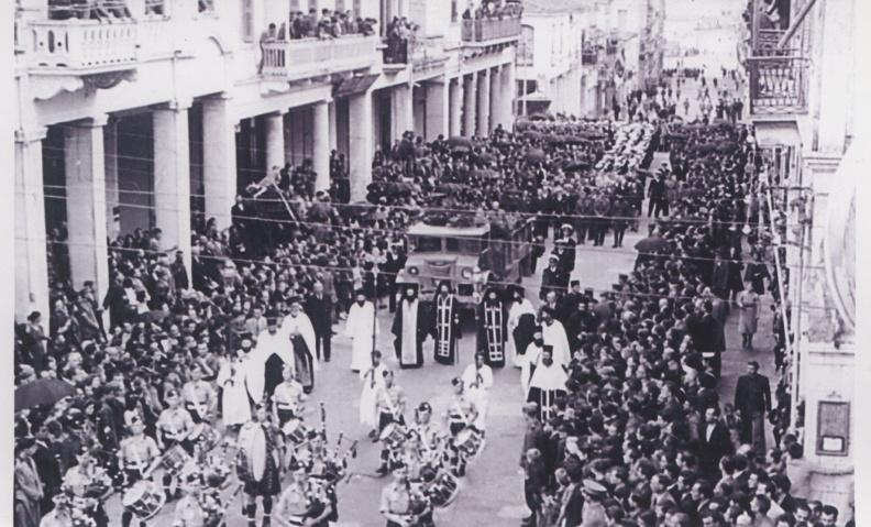 Οκτώβριος 1945. 5) Η νεκρόσιμη ακολουθία των Άγγλων ναυτικών τού μοιραίου ναρκαλιευτικού στην οδό Αγίου Νικολάου.jpg