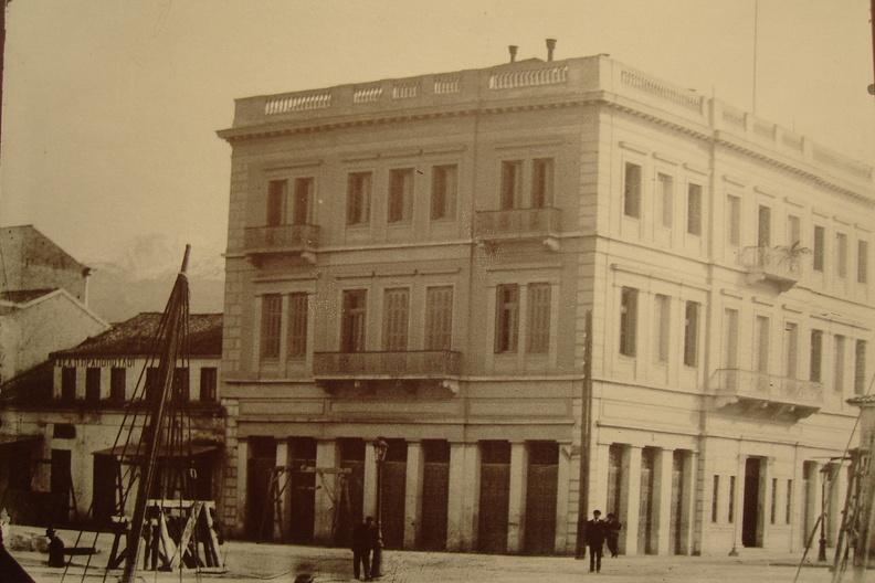 6. Γωνιακό εμβληματικό κτίριο. Υπήρχε στη συμβολή των οδών....JPG